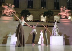 Contemporary dance in the galleries of the Louvre Museum