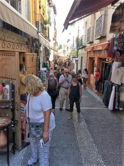 Exploring the historical twisty streets of the Albaicín (ancient quarter)